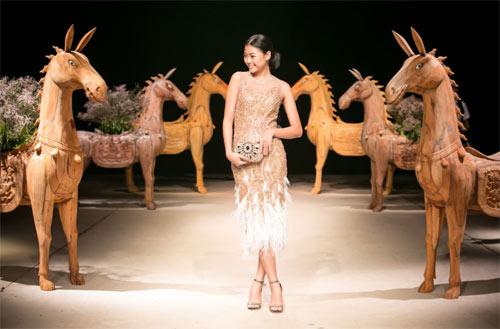 Á hậu cao nhất Việt Nam quá lộng lẫy tại tuần thời trang Việt - 11