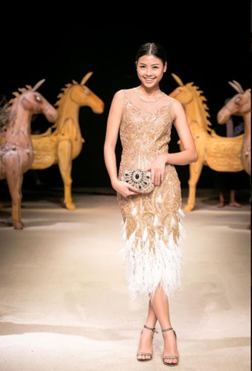 Á hậu cao nhất Việt Nam quá lộng lẫy tại tuần thời trang Việt - 10