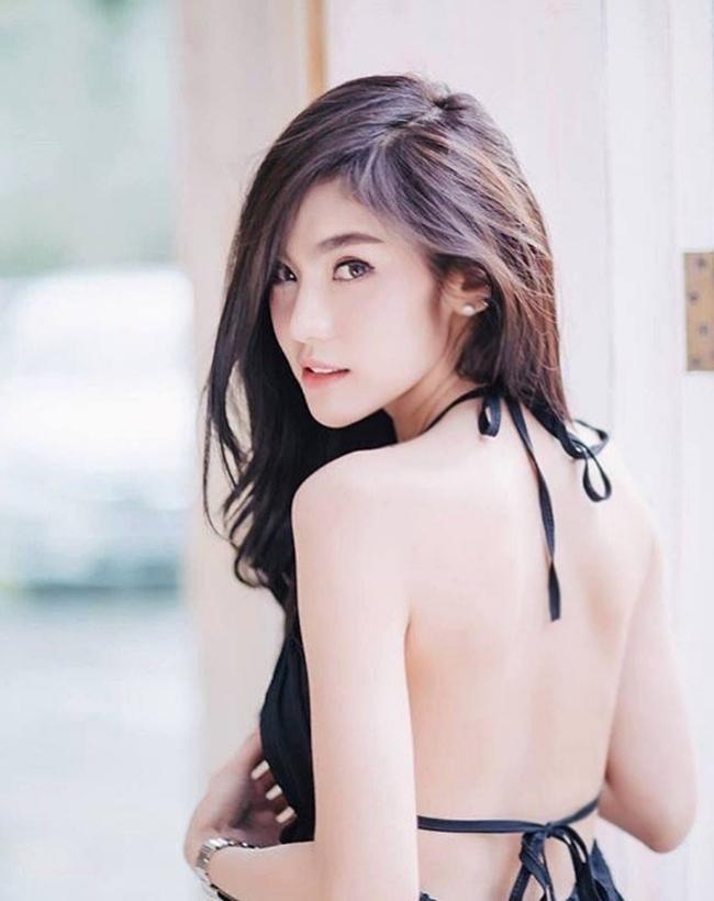 Tấm lưng trắng mịn không tì vết của chân dài Thái Lan Jarunan Taveepanya sẽ thật phí phạm nếu không khoe ra.
