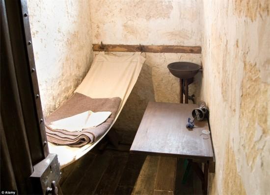 Lạ đời khách sạn được cải tạo từ... nhà tù - 8