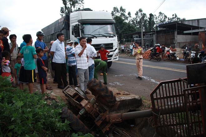 Xe tải tông xe công nông chở đoàn múa lân đón Tết Trung thu - 1