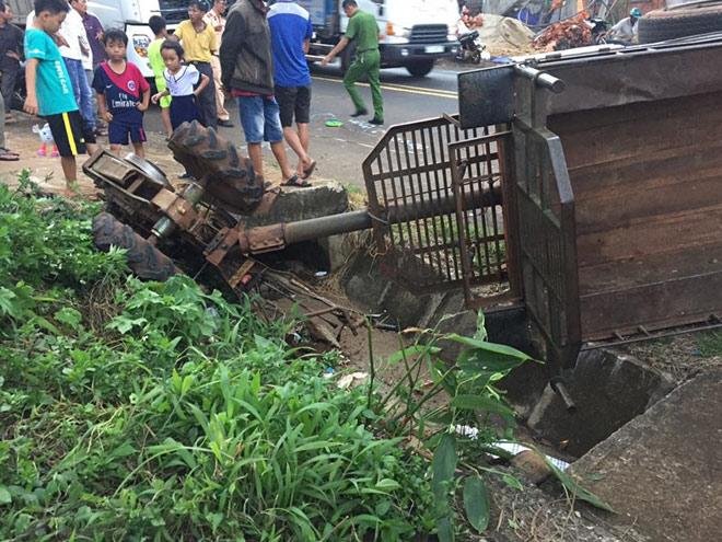 Xe tải tông xe công nông chở đoàn múa lân đón Tết Trung thu - 3