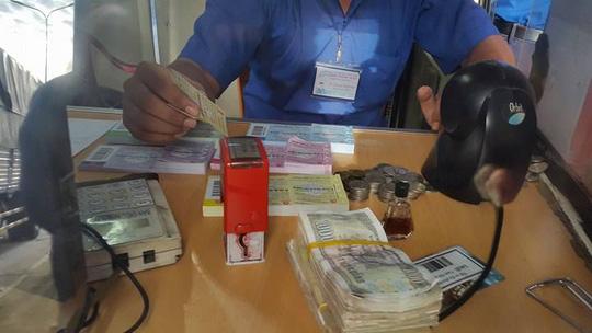 3 ngày liên tiếp tài xế dùng tiền lẻ ở BOT Biên Hòa - 5