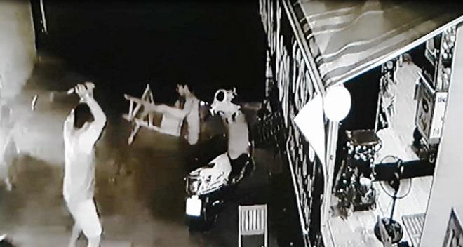 Camera ghi hình nhóm côn đồ truy sát người đàn ông ở Sài Gòn - 1