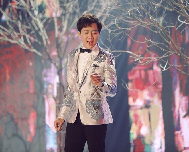 Vắng vợ, Trấn Thành thân mật với Hà Hồ trên sân khấu - 1
