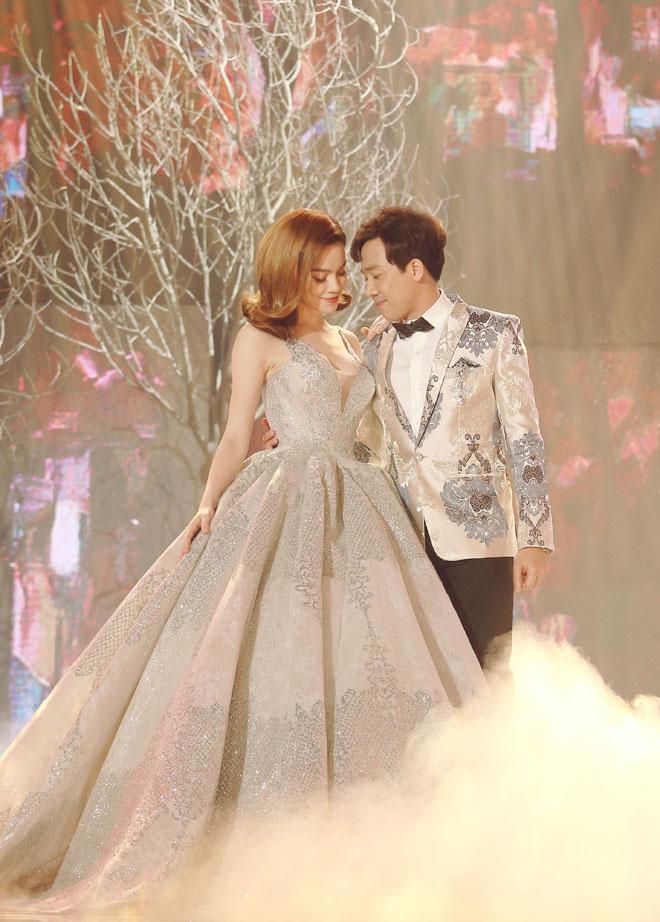 Vắng vợ, Trấn Thành thân mật với Hà Hồ trên sân khấu - 2