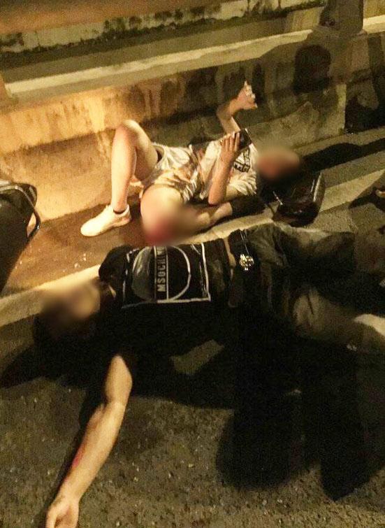 Cô gái trẻ bị gãy gập chân vẫn bình tĩnh nằm bấm điện thoại - 1