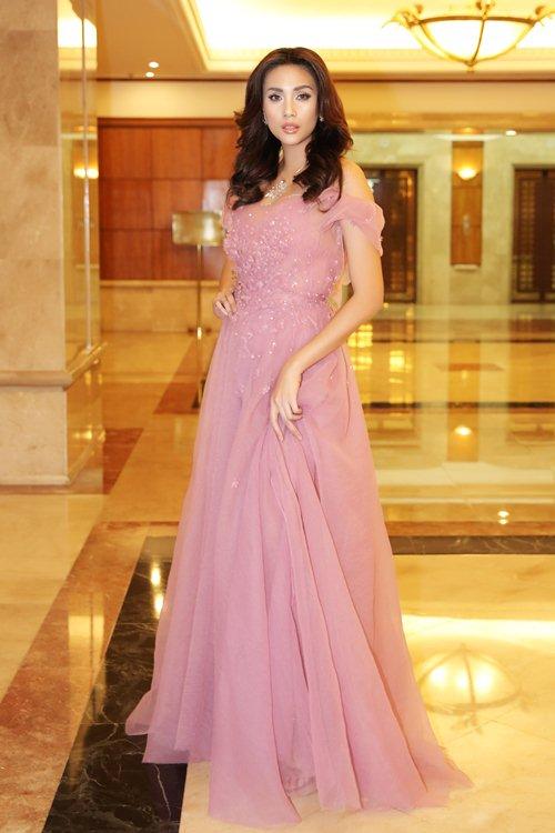 Váy nữ thần quá lộng lẫy của Phạm Hương đẹp nhất tuần qua - 4