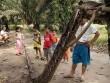 """Dân làng Indonesia """"xử"""" xác trăn khổng lồ 7,8m thế nào?"""