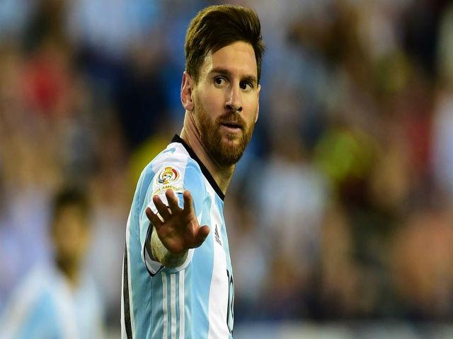 Argentina lâm nguy: Sampaoli kêu bất công, Messi than trời
