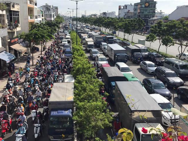 """Kẹt xe khủng khiếp ở SG, người dân """"bó gối"""" hàng giờ trên đường"""