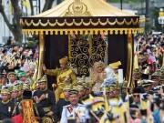 Quốc vương Brunei diễu phố trên xe mạ vàng lóng lánh
