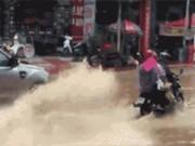 Bạn trẻ - Cuộc sống - Cô giáo lái xe hơi tạt nước ướt đẫm người đi đường lên tiếng xin lỗi