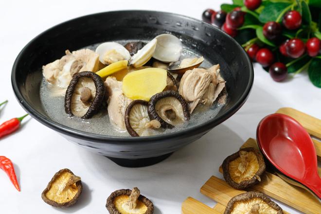 Canh thịt gà nấu nấm hương ngọt thanh, bổ dưỡng cho ngày thu mát mẻ - 1