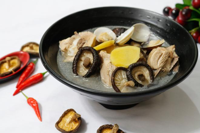 Canh thịt gà nấu nấm hương ngọt thanh, bổ dưỡng cho ngày thu mát mẻ - 7