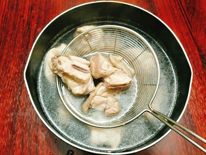 Canh thịt gà nấu nấm hương ngọt thanh, bổ dưỡng cho ngày thu mát mẻ - 4