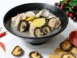 Canh thịt gà nấu nấm hương ngọt thanh, bổ dưỡng cho ngày thu mát mẻ