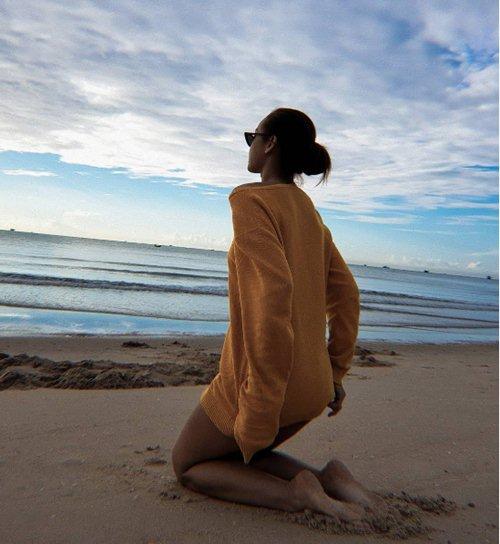 Sau sự cố lộ miếng dán ngực, Mai Ngô thả rông vòng một không phòng vệ - 3
