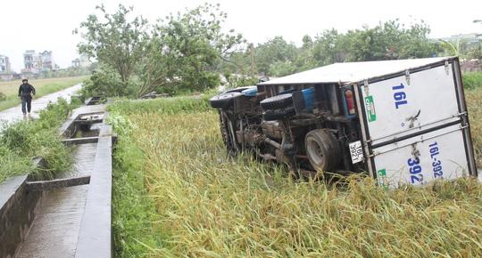 """Vòi rồng đen sì """"ném"""" xe tải từ trên đường xuống ruộng lúa - 2"""