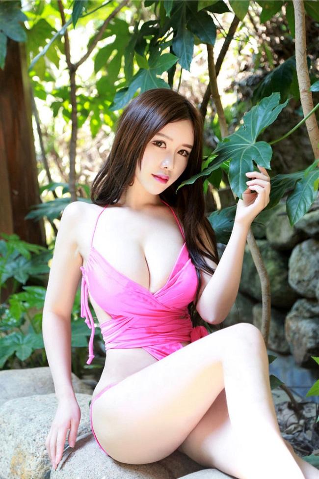 Vu Cơ sinh năm 1994 tại Hàng Châu, Trung Quốc. Cô cao 1m65, cân nặng 48kg với số đo ba vòng cực nóng bỏng là 90-60-88. Nhờ vậy, cô nhận được nhiều lời mời làm người mẫu tạp chí.