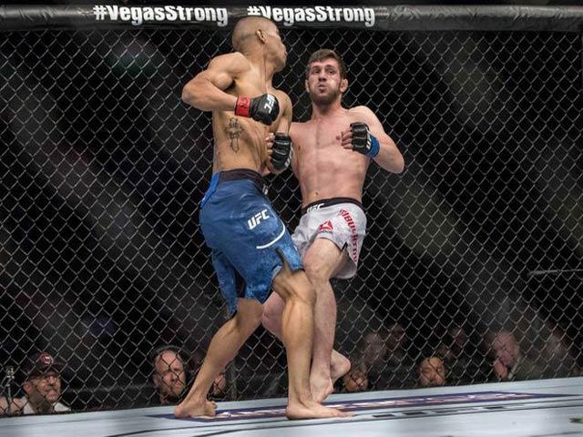 """UFC: Một đấm bài sơn đào hải, đối thủ """"sao bay"""" đầy mặt"""