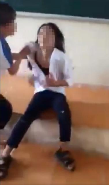 Mời công an vào cuộc vụ nữ sinh bị bạn đánh, xé áo hở nội y trên bục giảng - 1