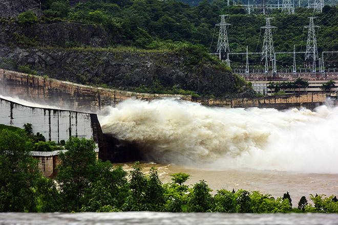 Hồ Hòa Bình đóng 5 cửa xả, thủy điện Sơn La phát điện trở lại - 1