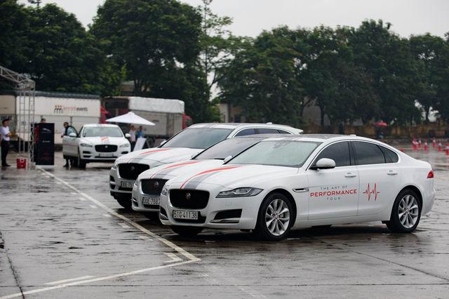Trải nghiệm xe hiệu suất cao Jaguar tại Hà Nội - 1