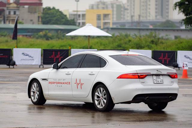 Trải nghiệm xe hiệu suất cao Jaguar tại Hà Nội - 2