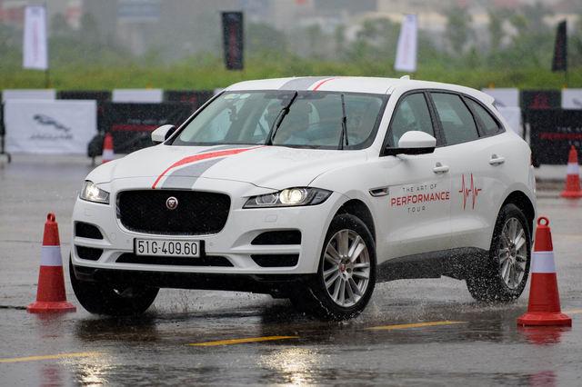 Trải nghiệm xe hiệu suất cao Jaguar tại Hà Nội - 3