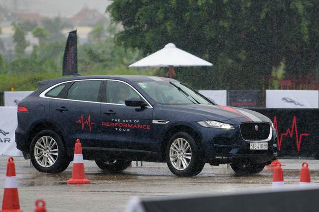 Trải nghiệm xe hiệu suất cao Jaguar tại Hà Nội - 4