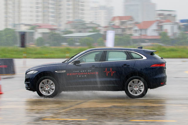 Trải nghiệm xe hiệu suất cao Jaguar tại Hà Nội - 5