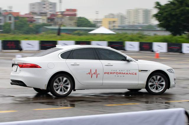 Trải nghiệm xe hiệu suất cao Jaguar tại Hà Nội - 6
