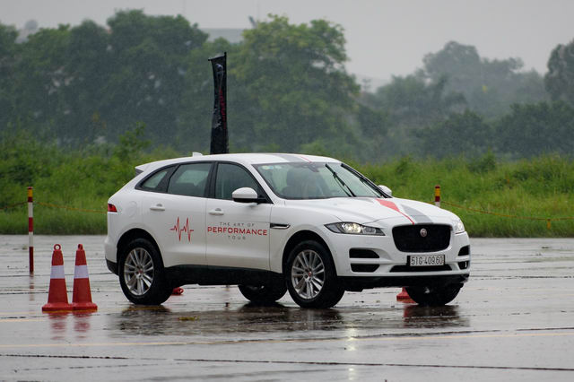 Trải nghiệm xe hiệu suất cao Jaguar tại Hà Nội - 8