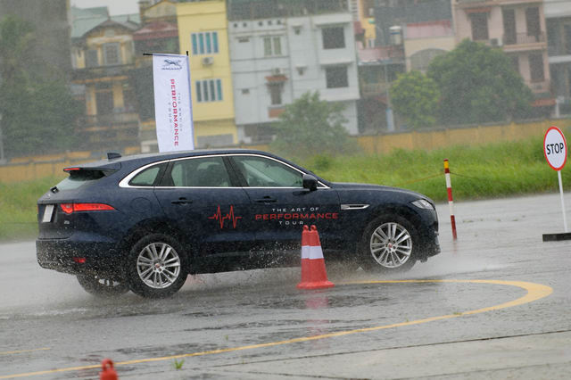 Trải nghiệm xe hiệu suất cao Jaguar tại Hà Nội - 9