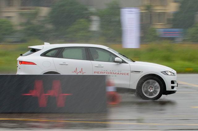 Trải nghiệm xe hiệu suất cao Jaguar tại Hà Nội - 10