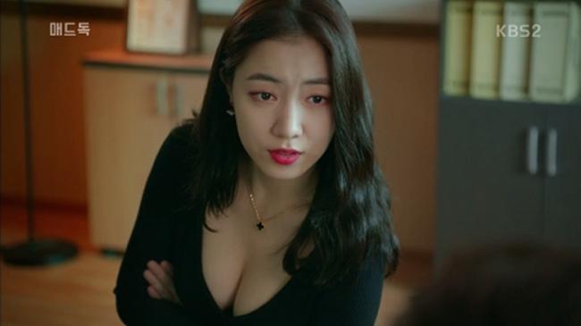 Tên tuổi của người đẹp Ryu Hwa Young trở thành từ khóa được tìm kiếm nhiều nhất trong ngày 11.10 trên trang mạng tổng hợp Naver Hàn Quốc. Xuất phát từ cảnh quay quá gợi tình của cô trong phim truyền hình Mad Dog (Chó điên) vừa phát sóng tập đầu tiên.
