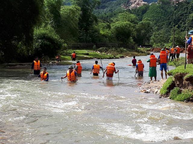 Hàng trăm người dầm mình giữa lũ tìm bé trai bị nước cuốn trôi