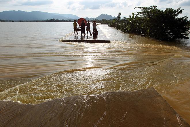Cận cảnh vỡ đê ở Chương Mỹ, nhiều khu vực chìm trong biển nước - 2