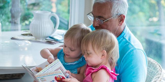 1. Cùng con đọc sách:Cha mẹ hãy bắt đầu đọc sách cho con nghe từ khi trẻ chưa được 1 tuổi, sau đó là cùng con đọc và để trẻ đọc cho nghe.