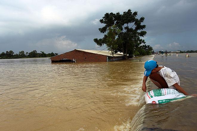 Nóng 24h qua: Vỡ đê ở Hà Nội, 19 người bị vùi lấp ở Hòa Bình - 2