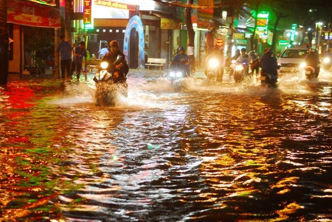 """""""Quái vật"""" hút nước trong cơn mưa như trút, rốn ngập Sài Gòn ra sao? - 1"""