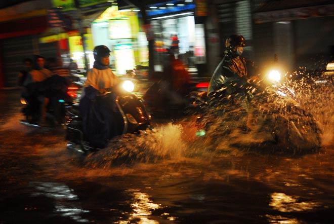 """""""Quái vật"""" hút nước trong cơn mưa như trút, rốn ngập Sài Gòn ra sao? - 2"""