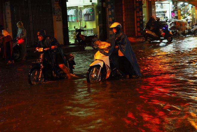 """""""Quái vật"""" hút nước trong cơn mưa như trút, rốn ngập Sài Gòn ra sao? - 3"""