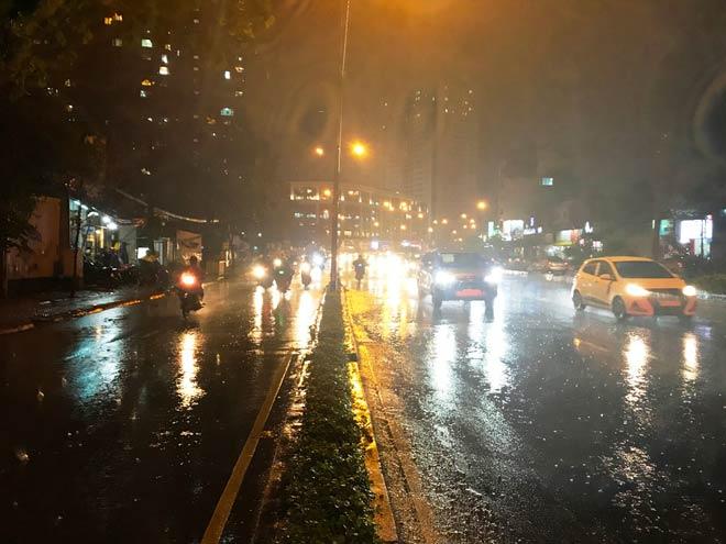 """""""Quái vật"""" hút nước trong cơn mưa như trút, rốn ngập Sài Gòn ra sao? - 6"""