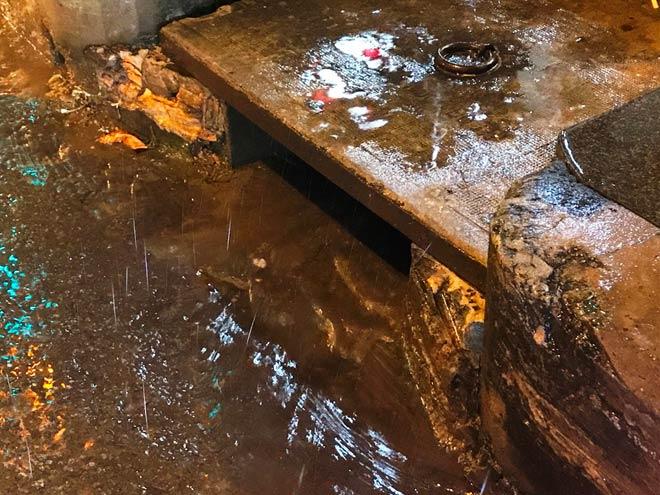 """""""Quái vật"""" hút nước trong cơn mưa như trút, rốn ngập Sài Gòn ra sao? - 7"""
