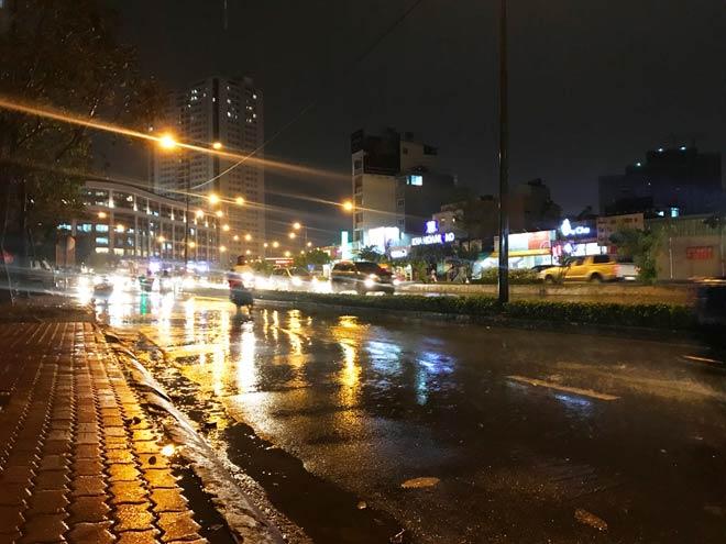 """""""Quái vật"""" hút nước trong cơn mưa như trút, rốn ngập Sài Gòn ra sao? - 8"""