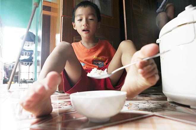 Ảnh - Clip: Đôi chân diệu kì của cậu bé 7 tuổi không tay - 11