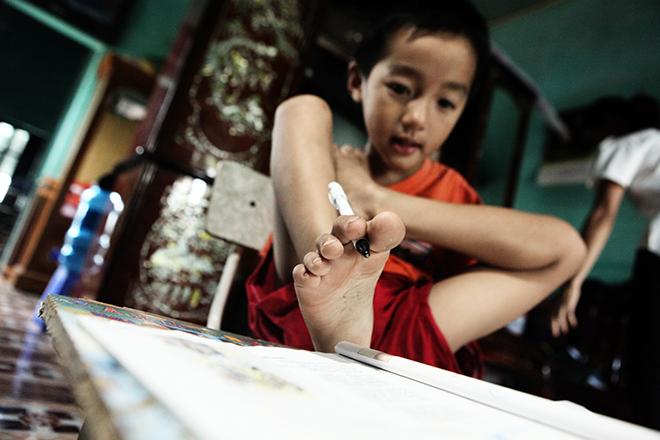 Ảnh - Clip: Đôi chân diệu kì của cậu bé 7 tuổi không tay - 6
