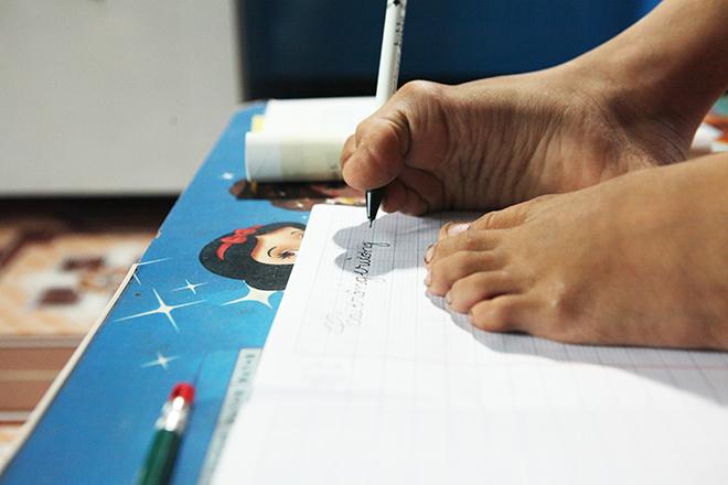 Ảnh - Clip: Đôi chân diệu kì của cậu bé 7 tuổi không tay - 7